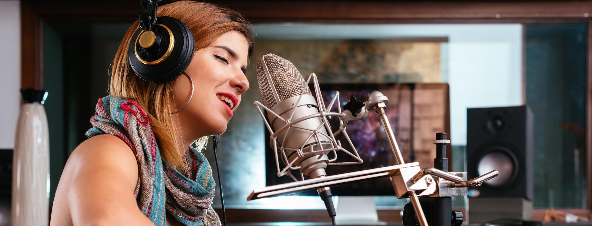 Vrouw die een muzieknummer opneemt in de studio