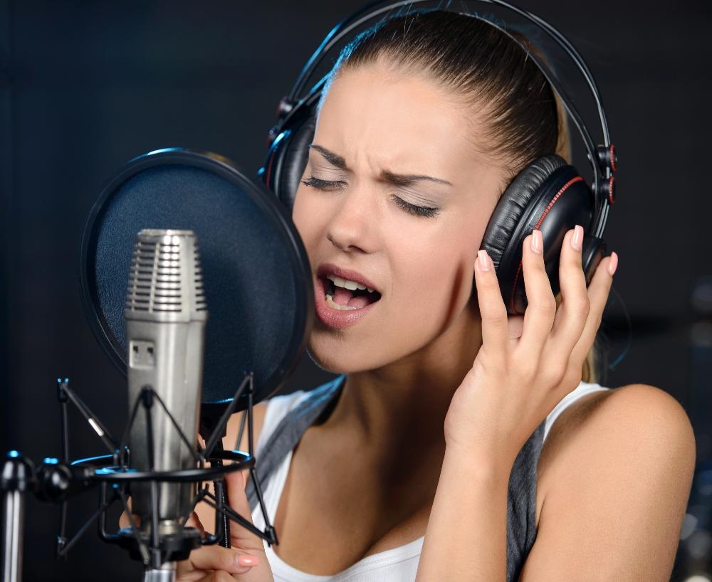 Blanke vrouw die in een microfoon zingt